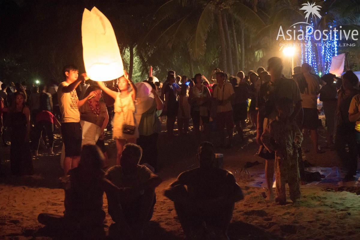 Запуск небесного фонарика на праздновании Нового Года в Таиланде