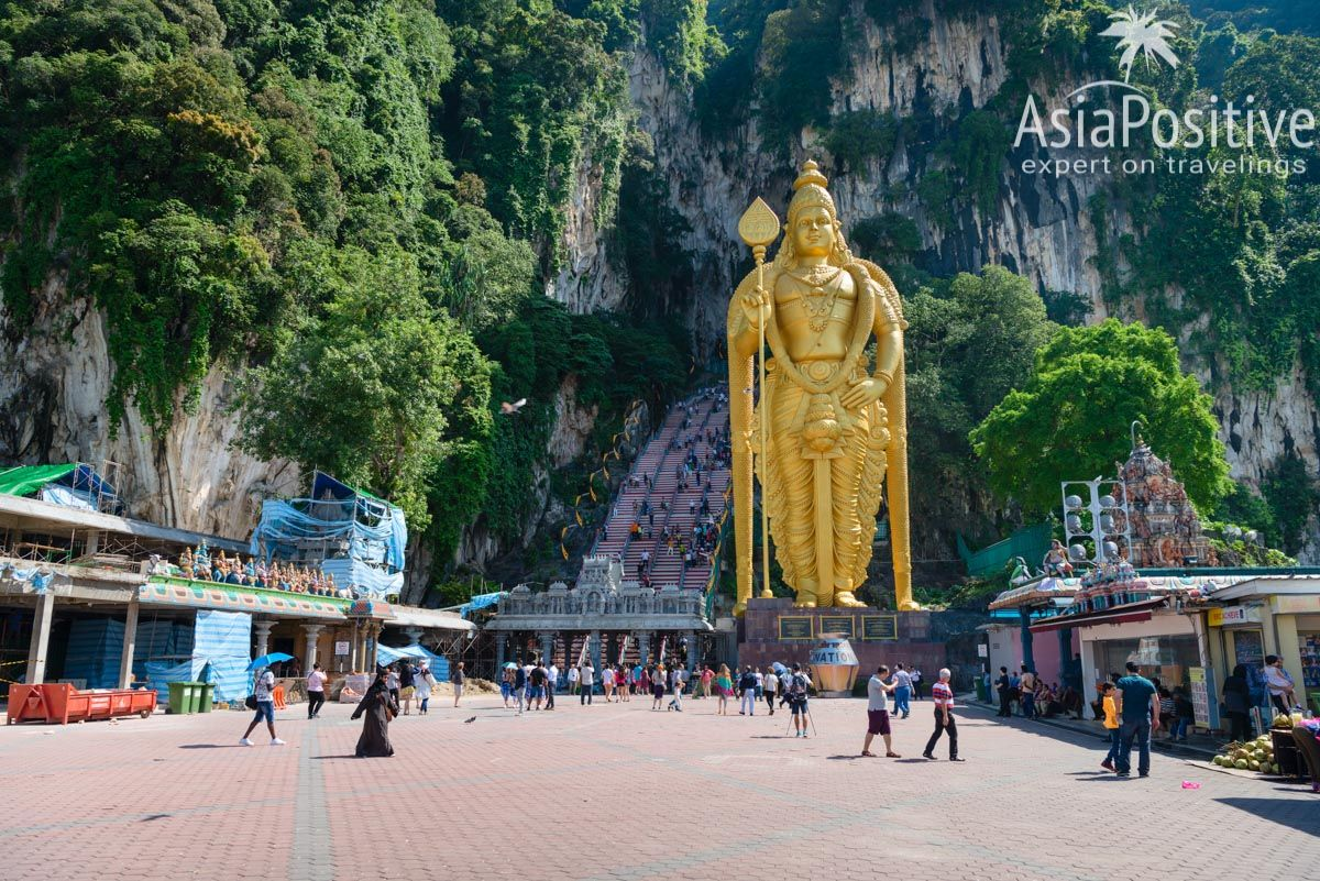Статуя бога Муругана перед лестницей в пещеры Бату| Самые интересные, красивые и значимые достопримечательности Куала Лумпура с фото и описанием. ТОП 10 мест, которые стоит внести в список Что Посмотреть в Куала Лумпуре | ТОП 10 достопримечательностей Куала Лумпура | Эксперт по путешествия AsiaPositive.com