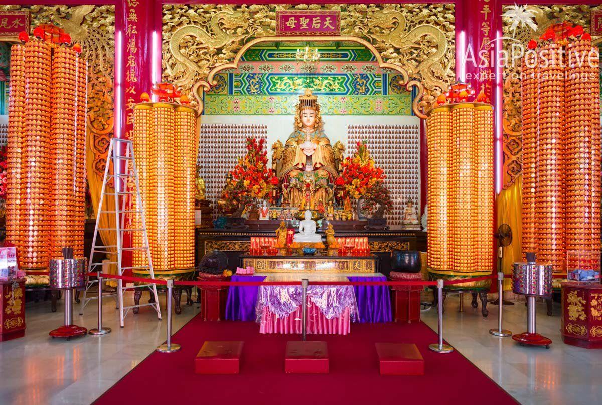 Алтарь и статуя главной богини храма - Ботхисатвы Тянь Хоу | Храм Тянь Хоу (Thean Hou Temple) – достопримечательность Куала Лумпура и один из самых красивых китайских храмов Малайзии, который обязательно стоит увидеть | Эксперт по путешествиям AsiaPositive.com