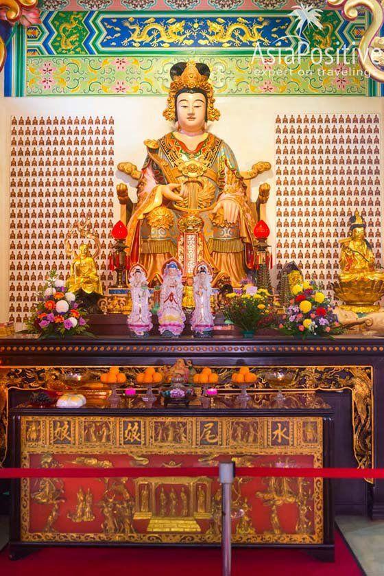 Статуя богини Шуй Вэй Шэн Нианг | Храм Тянь Хоу (Thean Hou Temple) – достопримечательность Куала Лумпура и один из самых красивых китайских храмов Малайзии, который обязательно стоит увидеть | Эксперт по путешествиям AsiaPositive.com