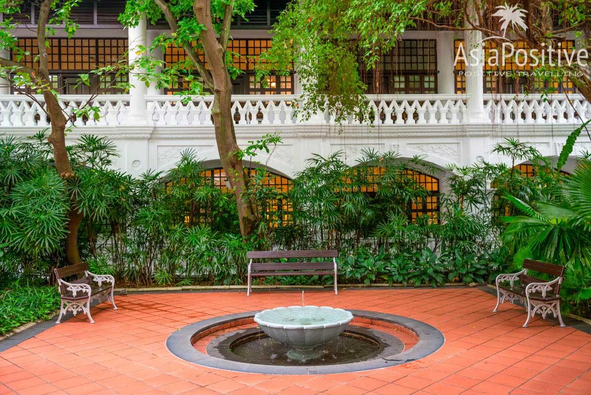 Внутренний дворик с фонтаном в отеле Раффлз | Достопримечательность Сингапура колониальных времён, которую обязательно стоит посетить - Hotel Raffles | Отель Раффлз - роскошный символ Сингапура | Путешествия по Азии от AsiaPositive.com
