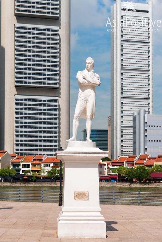 Статуя основателя Сингапура сэра Стэмфорда Раффлза   Экскурсии по Сингапуру с русскоговорящим гидом и не только   Путешествия по Азии с AsiaPositive.com