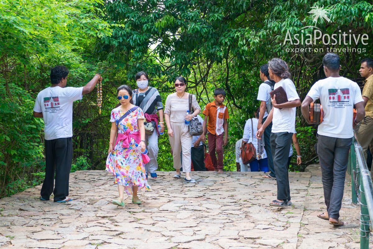 Навязчивые продавцы сувениров сконцентрированы возле туристических достопримечательностей | Как можно гарантировано испортить свой отдых на Шри-Ланке - 7 надёжных способов и советы, как этого избежать. | 7 способов испортить свой отдых на Шри-Ланке | Эксперт по путешествиям AsiaPositive.com