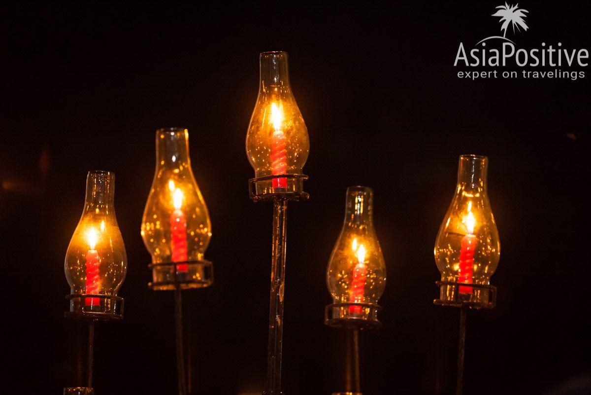 Свечи для романтического ужина на бререгу океана | Яркая свадьба на Шри-Ланке | Путешествия по Азии AsiaPositive.com