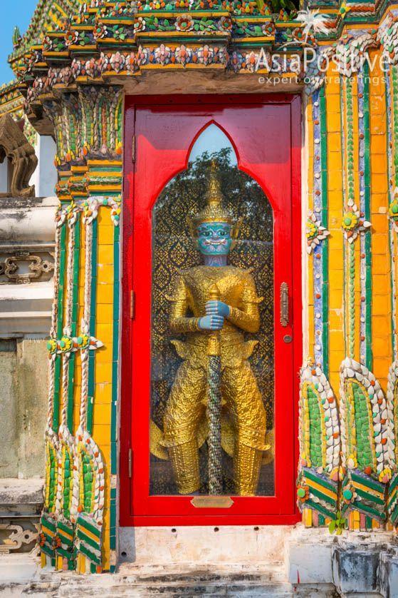 Гигант - хранитель входа в Пра Мондоб | Детальный гид с фото по храму Ват По поможет найти самые интересные элементы и статуи храма, и понять их значение - получить максимум от посещения одной из главных достопримечательностей Бангкока. | Достопримечательность Бангкока Храм Ват По | Эксперт по путешествиям AsiaPositive.com
