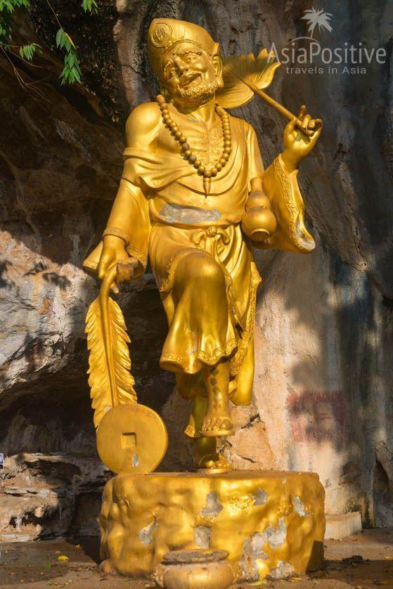 Статуя сумасшедшего и вечно пьяного Цзи-гуна (китайский фольклор) | Храм Пещера Тигра в Краби, Таиланд | Путешествия по Азии с AsiaPositive.com