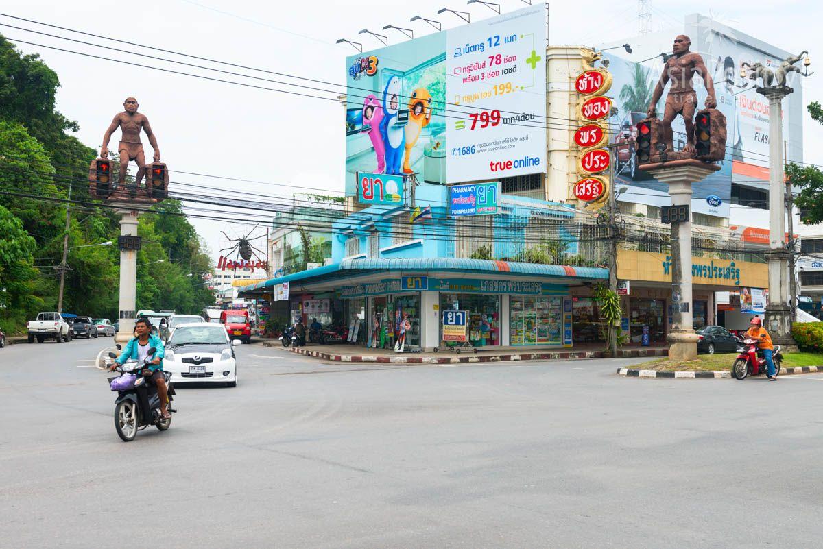 Перекрёсток со статуями первобытных людей | Что посмотреть в городе Краби (Таиланд) | Путешествия с AsiaPositive.com