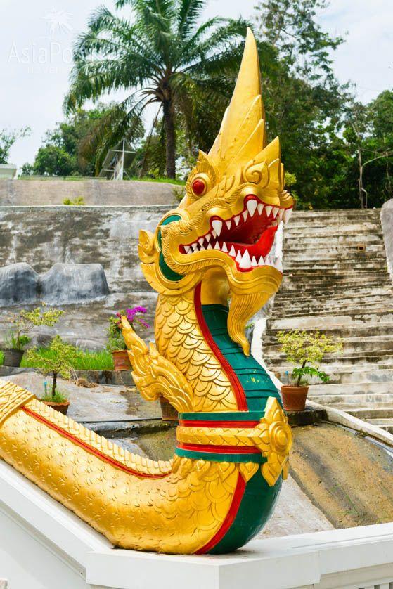 Змея (Нага) в Белом храме города Краби (Таиланд)