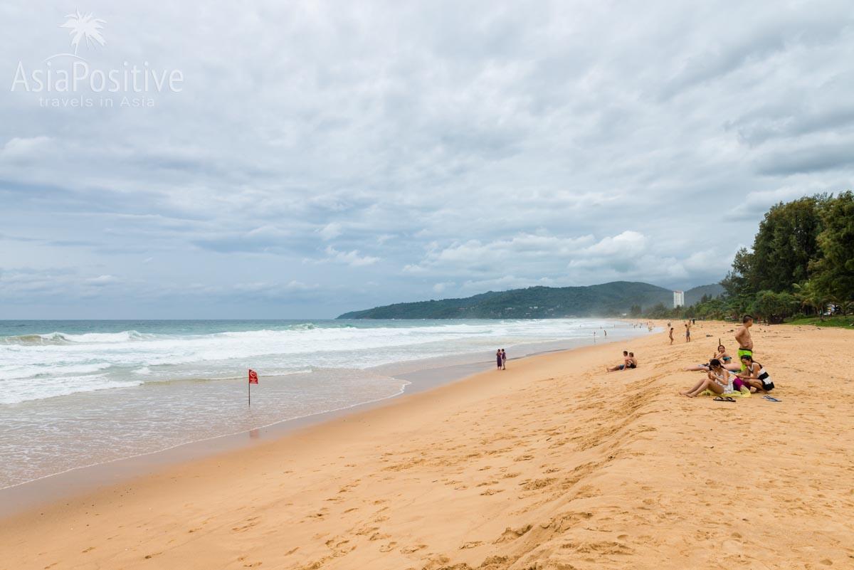 Красный флаг - купание запрещено из-за больших вол и обратных течений (пляж Карон, Пхукет) | Отдых в Таиланде осенью | Путешествия с AsiaPositive.com