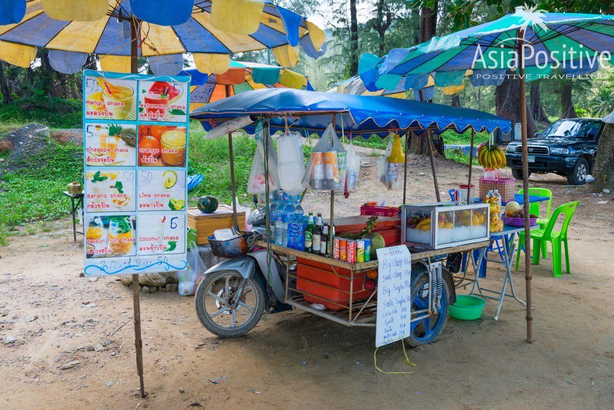 Соки и контейли из тропических фруктов прямо на пляже Сурин | Сурин - один из лучших пляжей Пхукета | Эксперт по путешествиям AsiaPositive.com