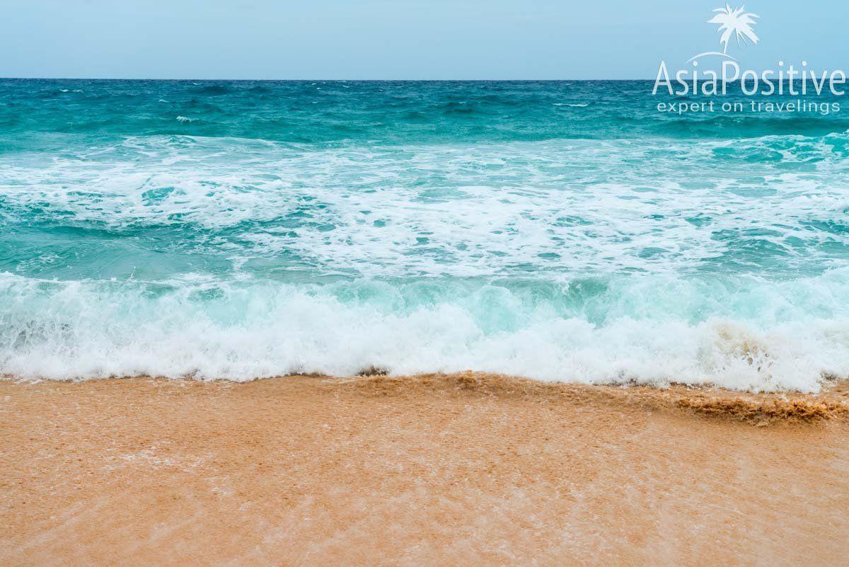 В летние месяцы на пляже Сурин высокие волны и сильные течения | Сурин - один из лучших пляжей Пхукета | Эксперт по путешествиям AsiaPositive.com