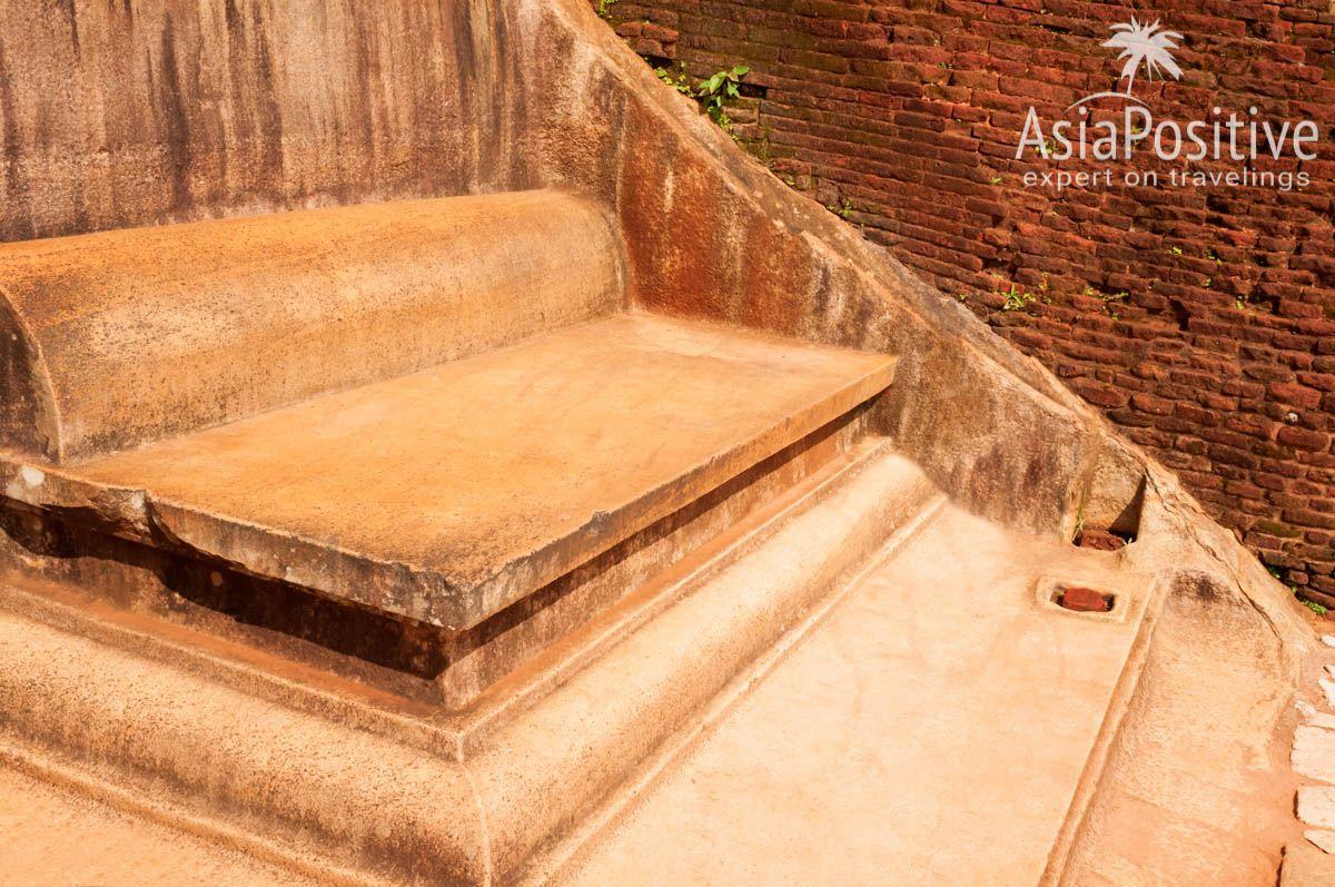 На вершине скалы стоит каменный трон или это было место для медитации | Сигирия - достопримечательсность Шри-Ланки | Путешествия AsiaPositive.com