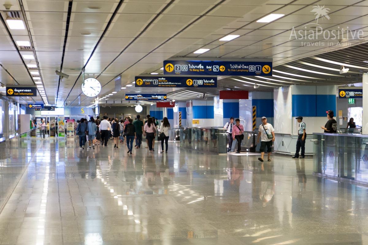 Указали к поездам и на выход на станции метро Si Lom | Как разобраться в схеме метро Бангкока, как купить билеты и сэкономить своё время на их покупке, куда можно доехать на Metro и BTS Банкока. | Путешествия по Азии сAsiaPositive