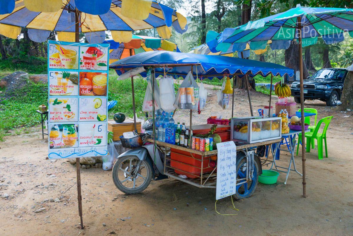 Соки и контейли из тропических фруктов прямо на пляже Сурин | Сурин - один из лучших пляжей Пхукета | Путешествия AsiaPositive.com